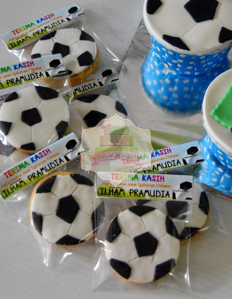 SoccerBallCakeCupcakesCookiesforIlham-ChocolatyCakes